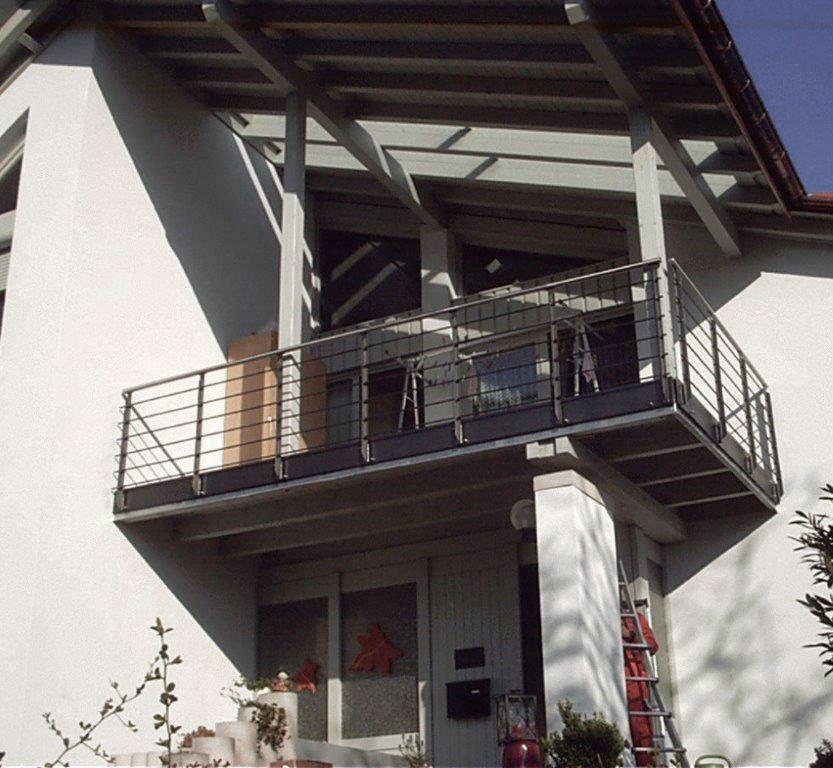 Balkon grau pulverbeschichtet mit Edelstahlhandlauf