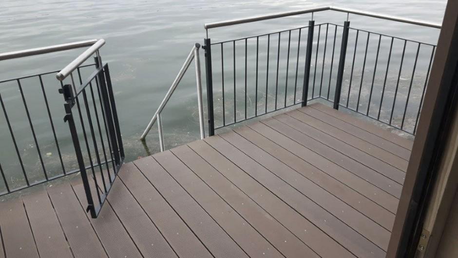 Balkon mit Treppe ins Wasser Bootshaus Bodensee