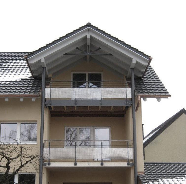 Balkonkonstruktion grau pulverbeschichtet mit Lochblechelementen am Geländer