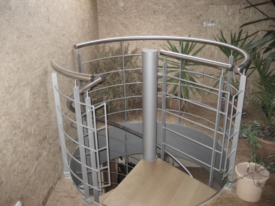 Pulverbeschichtets Geländer in grau mit Edelstahlhandlauf
