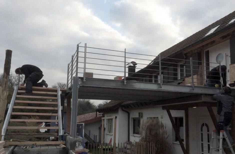 Terrasse mit Stahltreppe