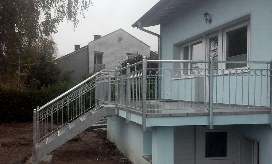Terrassengländer mit Treppe zum Garten