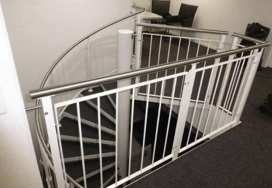 Treppengeländer innen weiss pulverbeschichtet mit Edelstahlhandlauf